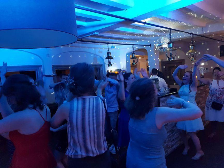 bedrijfsfeest, groep mensen personeelsfeest met DJ
